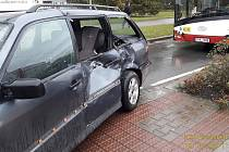 Z místa nehody tramvaje a osobního vozu.