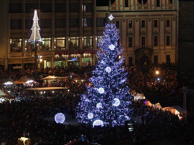 Decentně modrý strom rozzářil náměstí