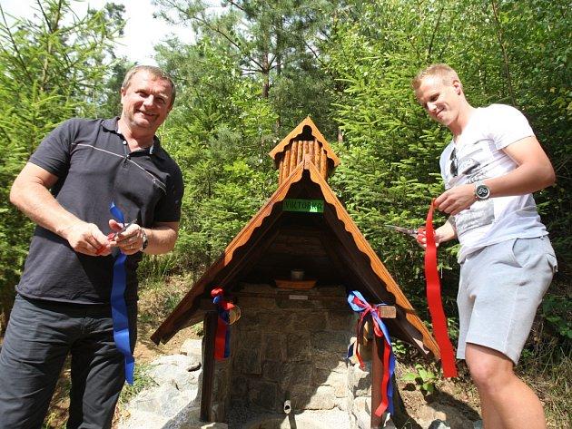 Trenér Pavel Vrba a Hráč FC Viktoria David Limberský pokřtili v sobotu léčivou studánku v Radčicích.