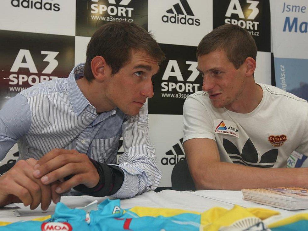 Roman Kreuziger (vlevo) a Martin Jakš při autogramiádě