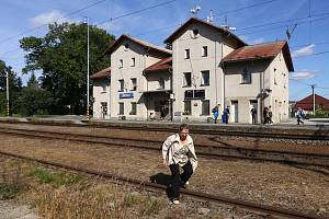 Lidé si kvůli přestavbě ulice u nádraží v Blovicích krátí cestu přecházením přes koleje.