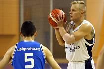 Ani dvaadvacet bodů Václava Honomichla (na archivním snímku s míčem) nezabránilo další domácí porážce basketbalistů Lokomotivy.