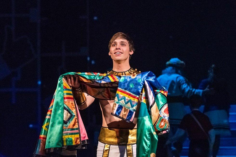 S oblíbenou muzikálovou show Josef a jeho pestrobarevný plášť se v sobotu 22. května rozloučí muzikálový soubor Divadla J. K. Tyla v Plzni. Bude to on-line přenosem posledního představení, které se odehrálo bez veřejnosti v polovině dubna.  Na snímku Pave