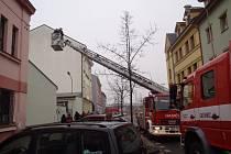Záchrana ženy z druhého patra domu ve Wenzigově ulici