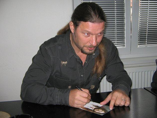 Zpěvák Petr Kolář rozdával v sobotu v Plzni při autogramiádě podpisy i úsměvy. 10. října vystoupí v hale TJ Lokomotiva u příležitosti turné, které začalo loni v září.