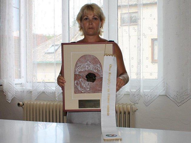 Místostarostka Kozojed Dagmar Přibylová s Bílou stuhou, kterou tato obec získala za činnost mládeže
