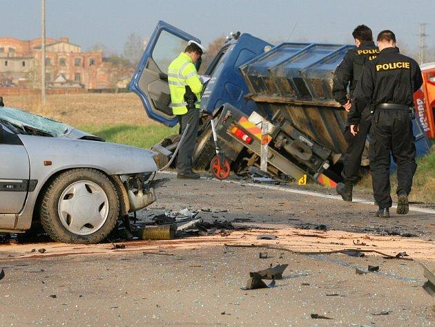Nehoda osobního a nákladního auta mezi Zbůchem a Líněmi. Řidič osobního Citroënu při nehodě zemřel