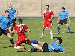 Ze zápasu krajského přeboru mezi domácím Petřínem (v červených dresech) a Luby.