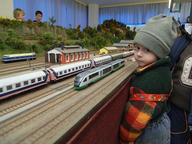 Modelářská výstava vláčků ve Skvrňanech láká jako obvykle především dětské návštěvníky.  Klub modelářů představí kromě jiného obří kolejiště a modely lokomotiv. Výstava bude  přístupná veřejnosti až do 2. prosince.