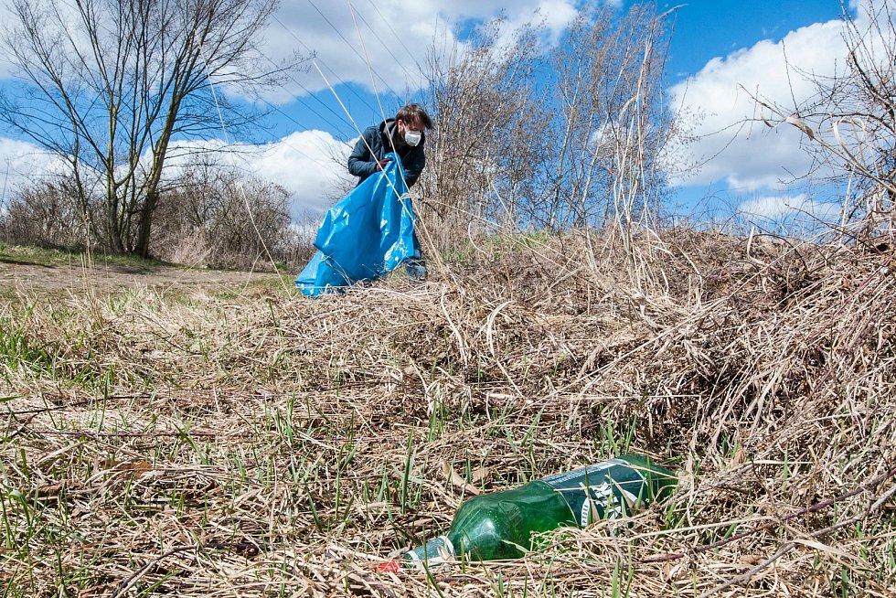Dobrovolníci Trash Hero uklízí v okolí Mže.