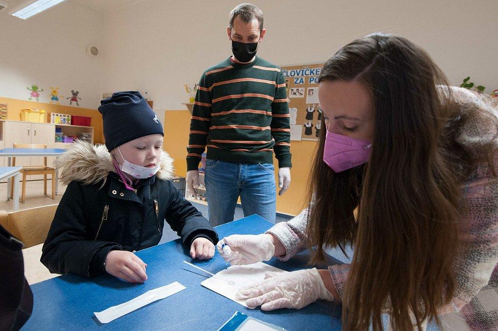 Do Benešovy základní školy v plzeňských Doudlevcích přišla v pondělí na rotační výuku zhruba stovka dětí.