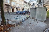 Kontejnery ve Smetanových sadech u hotelu Slovan vykukují nad chodník asi o deset centimetrů. Třetí městský obvod slibuje, že do dvou týdnů bude problém vyřešen