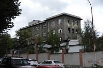 Polorozpadlou budovu v Přeštické ulici v Plzni musí opustit lidé bez domova i drogově závislí. Na vyklizení se dohodlo město s majitelkou.
