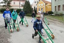 Chlapci s rachtacími trakaři vyrobenými místním truhlářem několikrát denně vyráželi na obchůzku po vsi.
