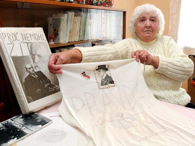 Zdeňka Tutterová se 28. října 1989 procházela po plzeňském náměstí s obrázkem T. G. Masaryka.