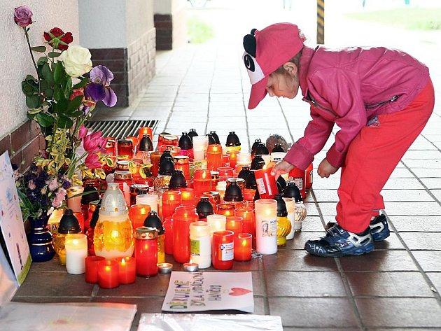 Před knihovnou v Horní Bříze vzniklo pietní místo, kde lidé zapalují svíčky a nechávají vzkazy