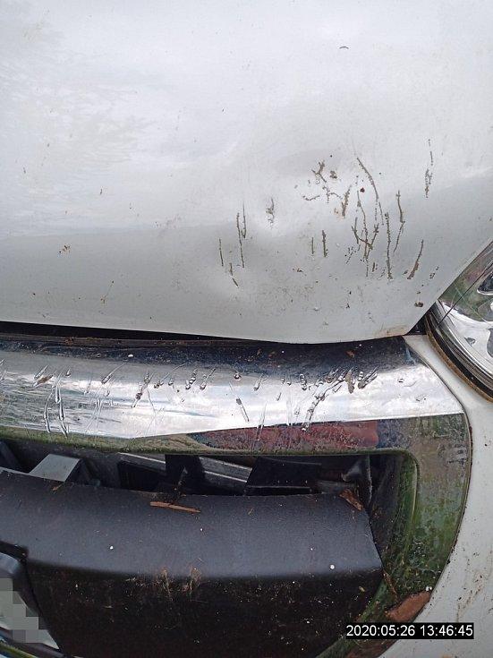 Staford zaútočil na zaparkované auto.