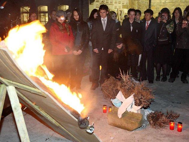 Pohřbívání pana Grantika na Soukromé uměleckoprůmyslové škole Zámeček v Plzni.