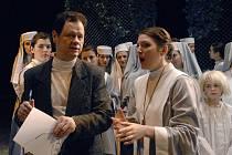 Zbyněk Brabec na scéně plzeňského Velkého divadla jako režisér Pucciniho opery Sestra Angelika (s Livií Vénosovou)
