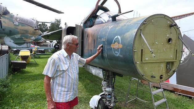 Karel Tarantík u přídě nového přírůstku v leteckém muzeu Air Park Zruč u Plzně.
