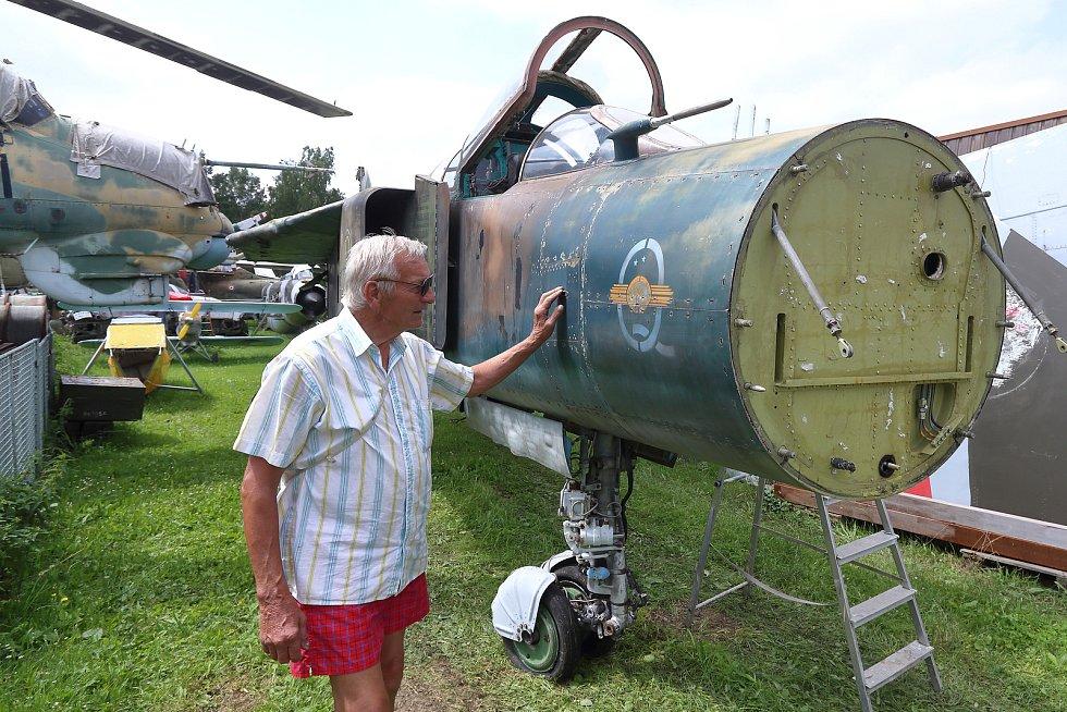 Karel Tarantík u přídě letadla, kam se musí osadit kužel radaru.