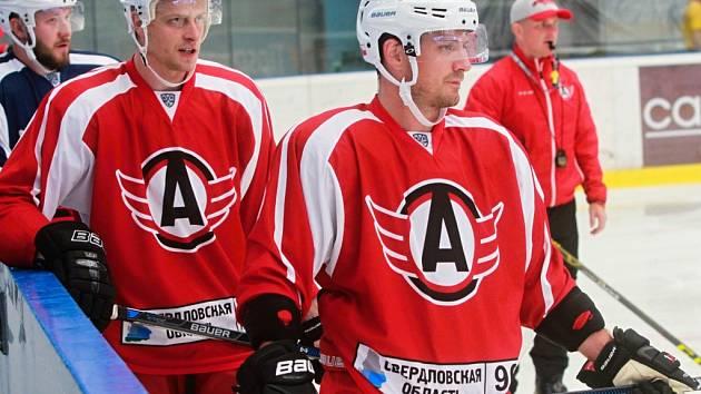 S mužstvem ruského Jekatěrinburgu trénují v Plzni i  útočníci (zprava) Petr Koukal a Jan Buchtele, pro kterého jde o premiérové angažmá v zahraničí.