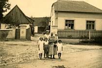 Freska, hamr i roubenka. O hlasy veřejnosti bojují tři památky z regionu. Na snímku roubenka v Trnové kolem roku 1940.