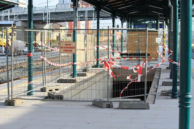 Ve druhé polovině nástupiště je již vidět vstup do budoucího podchodu, který jej propojí schystaným autobusovým terminálem