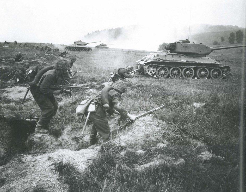 Vojenský způsob obrany hranice komunistického Československa přinesl na Šumavu devastaci přírody zřízením vojenského prostoru, demolici řady vesnic a vyklizení obyvatelstva z prostoru o ploše 180 km2