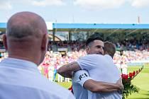LOUČENÍ. Milan Petržela v objetí s Davidem Limberským při loňském zápase v Plzni, který Slovácko vyhrálo 2:0.