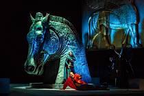 Ze Zkoušek. Ve Velkém divadle v Plzni vrcholí přípravy na sobotní premiéru Verdiho opery Nabucco. Na snímku jsou v popředí Ivana Šaková, Pavel Klečka. Scéně vévodí čtyřmetrová busta koně.
