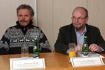 Ocenění vědci (zleva), Bohuslav Mašek a Pavel Drábek skromně tvrdí, že zásluhy patří celému kolektivu s nímž na Západočeské univerzitě pracují