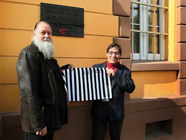 Desku na Borech odhalil senátor a starosta Slovan Lumír Aschenbrenner (vlevo),  který její vytvoření inicioval společně s výtvarníkem Janem Košťálem a dalšími lidmi. Autorem díla je akademický sochař František Bálek (vpravo).