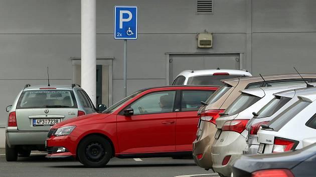 Někteří invalidé si v Plzni stěžují na problémy s parkováním.
