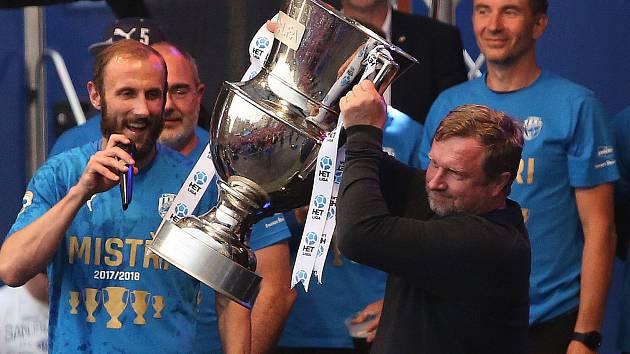 Trenér Pavel Vrba zvedá pohár pro vítěze ligy