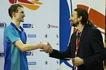 PŘEDSEDA ZÁPADOČESKÉHO badmintonového svazu Tomáš Knopp (na snímku vpravo) předává zlatou medaili ve dvouhře Janu Loudovi z USK Plzeň, který získal tak druhý titul.
