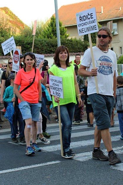 Řidiči museli počkat deset minut, než protest skončil. Lidé, kteří nepřetržitě přecházeli po přechodu, zase museli snášet pokřiky a troubení.