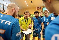 Trenér Talentu Plzeň Michal Tonar st. vysvětluje svým svěřencům herní varianty během nedělního utkání extraligy v Karviné, kde Talent prohrál 27:30.