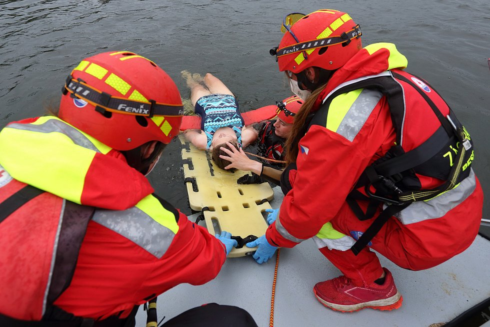 20 - Zároveň ochrání zachráněného při vtažení do lodi a zabrání vzniku odřenin o hranu rampy.