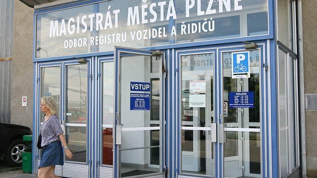 Registr vozidel plzeňského magistrátu  je nyní rizikovým pracovištěm. Málokdo tu vyřídí to, co potřebuje
