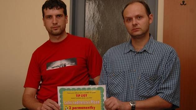 Pro cenu za vítězství v soutěži družstev Tip ligy si přišel tým Celního ředitelství Plzeň. Na snímku členové kolektivu Miroslav Hora (vlevo) a Zdeněk Makovec