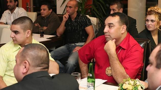 S touto myšlenkou se přišlo zapsat do registru dárců kostní dřeně patnáct romských dobrovolníků. Většina z nich znala někoho, kdo kostní dřeň přijal nebo daroval. Podle Máji Švojgrové (na snímku vpravo) Romové drží pohromadě
