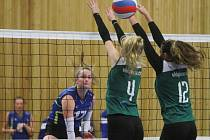 Dva vyrovnané duely odehrály doma plzeňské juniorky proti týmu SG LD Brno. Na snímku úspěšně útočí proti dvojbloku hostujících hráček Michaela Beránková (za sítí)