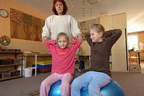 Děti z respirační třídy ze Základní školy při Fakultní nemocnici cvičení na míčích baví