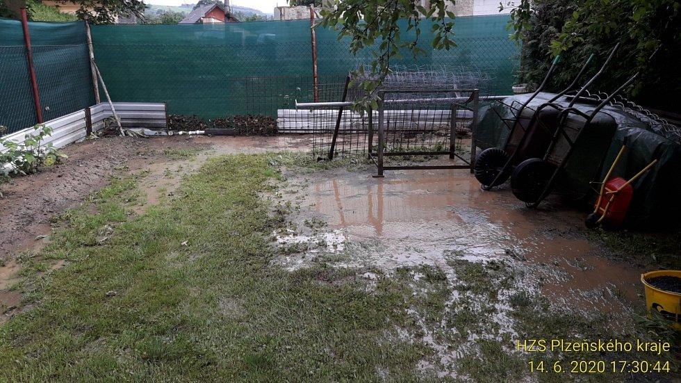 Následky přívalových dešťů zaměstnaly o víkendu hasiče v kraji.