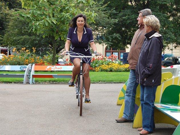 I na kole může žena vypadat sexy. Radka Žáková tvrdí, že i v sukni a lodičkách lze do práce jezdit na kole.