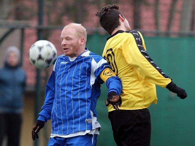 Fotbalisté Košutky (v modrých dresech) nestačili v utkání prvního kola PKFS na Zruč