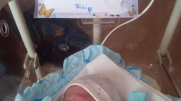 Filip Lášek se narodil 4. února v 10:10 rodičům Kateřině a Janovi z Plzně. Po příchodu na svět ve FN na Lochotíně vážil bráška Nikolky (3) 3740 gramů a měřil 51 centimetrů.