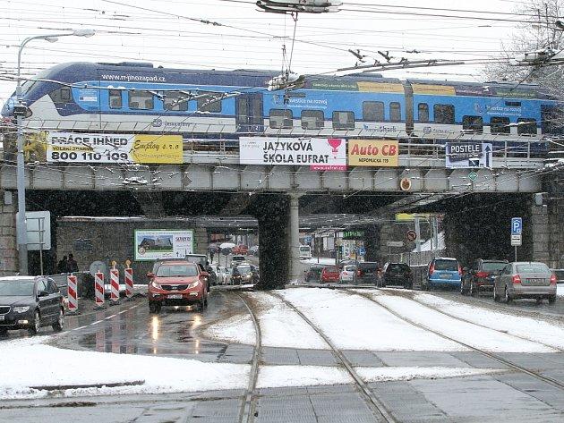 Železniční mosty nad Mikulášskou ulicí čeká oprava. Provoz na silnici pod nimi ustane 23. ledna