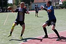 Velikou hrozbou byl pro obranu Nýřan v semifinálovém duelu I. ligy národních házenkářů hrající trenér Újezdu a obávaný střelec Ladislav Beneda (s míčem).